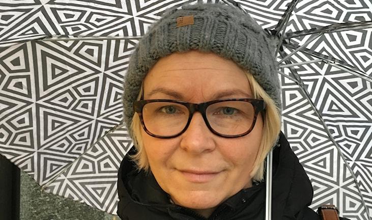 Kvinna på stan med paraply