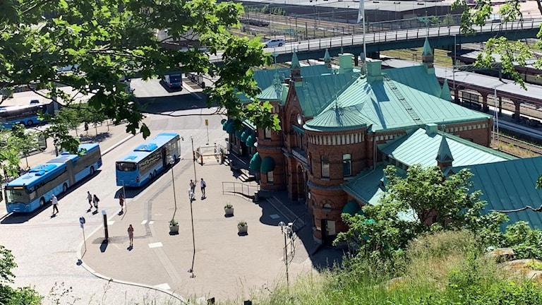 Överenskommelsen innebär att ytan under Centralbron mellan hållplatsen för buss 100 och järnvägsspåren byggs om  till uppställningsplats för taxi med plats för ca 10 fordon.