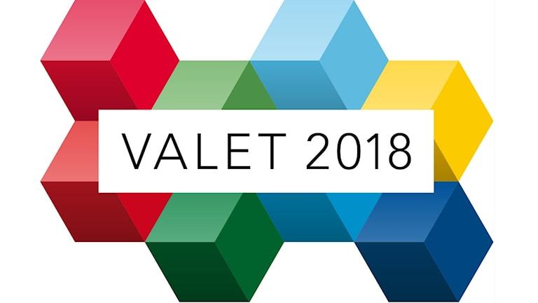 Valet 2018, röda, gröna, blå och gula kuber mot en vit bakgrund.