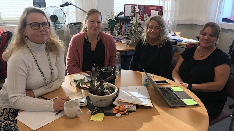 Fyra kvinnliga lärare sitter runt ett bord.