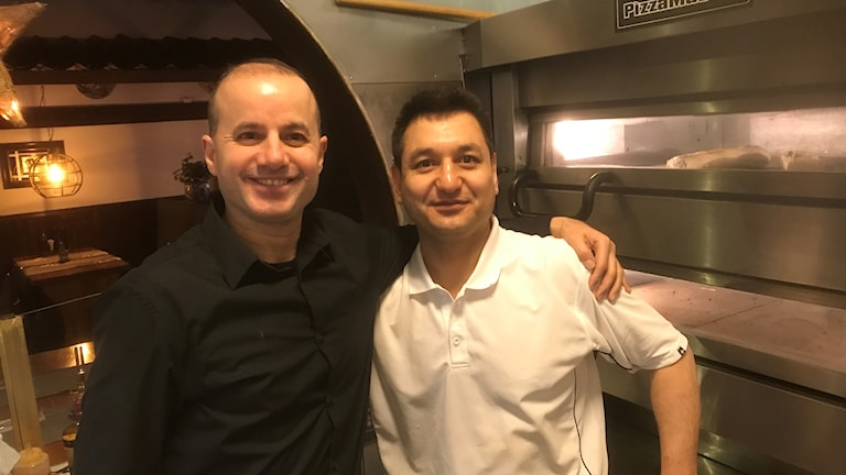 Faruk Göksen och Reza Mohammadi framför pizzaugnen