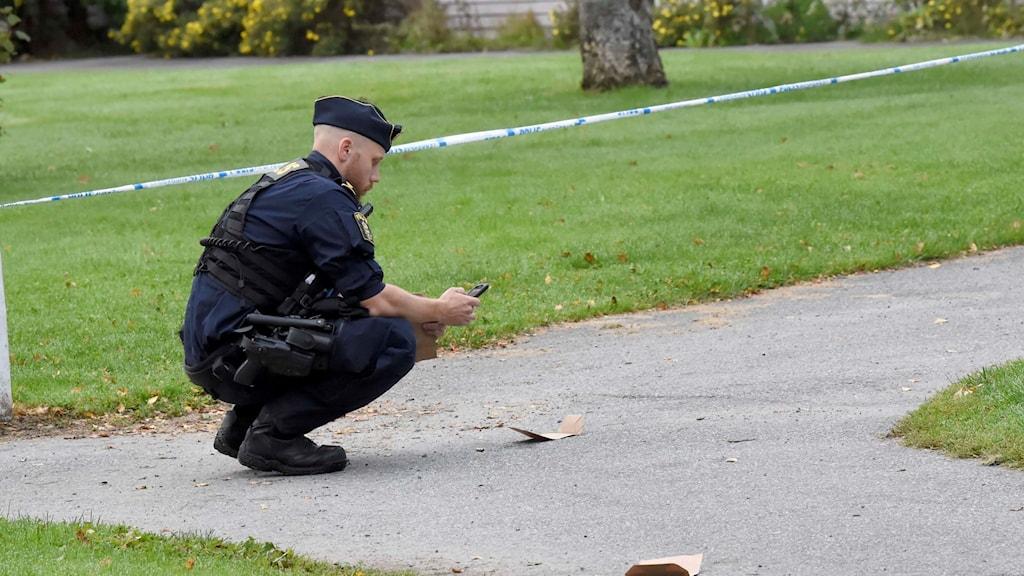Polis fotograferar bevis på marken