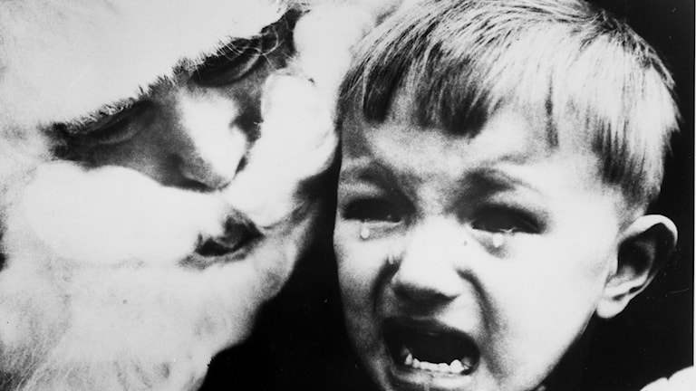 Barn blir skrämt av tomte.