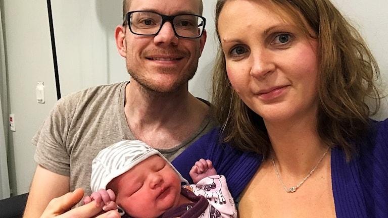 Familjen Wallén visar sin nyfödda dotter.