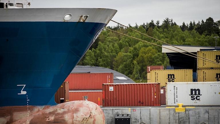 Båtar och containrar.