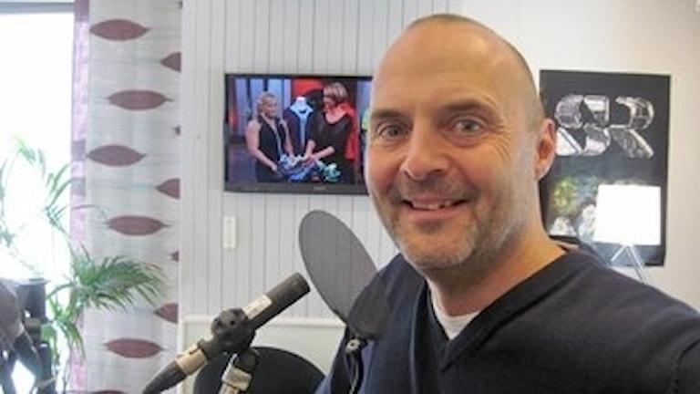 Polisen Peter Karlsson framför micken i studion.