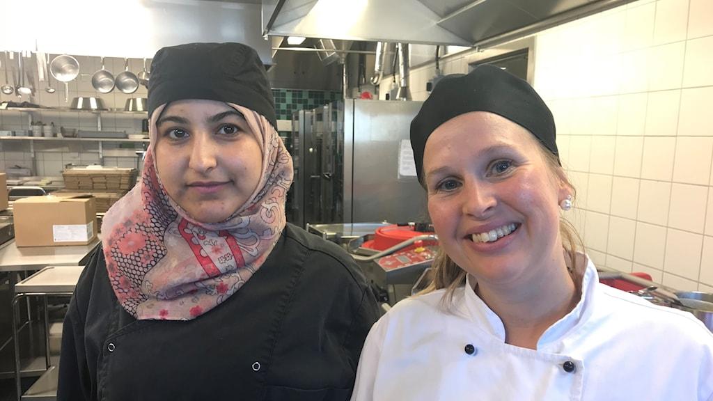 Maha Mira och Frida Teleby i Bollebygdskolans kök.
