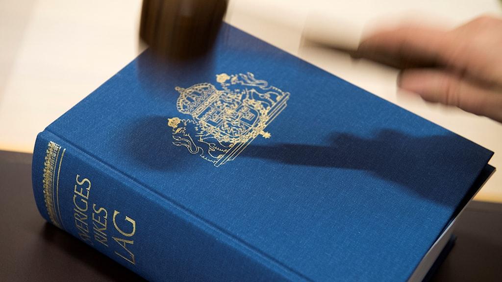 lagbok med hammare