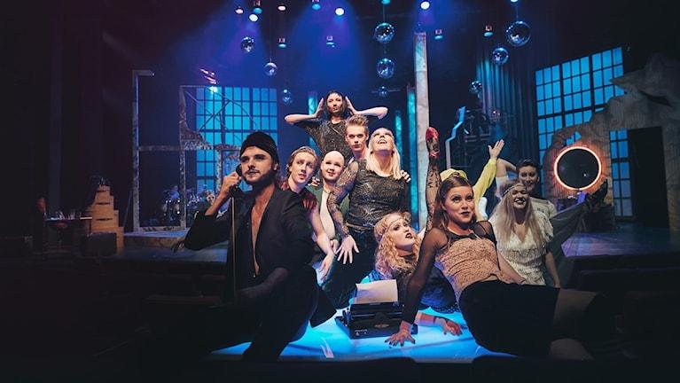 En ensemble av skådespelare som medverkar i föreställningen Cabaret på Borås Stadsteater