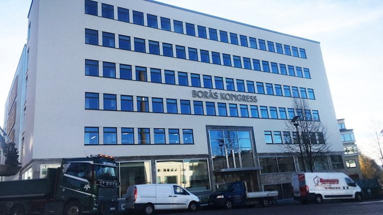 Fasaden på Borås kongresshus mot blå himmel.