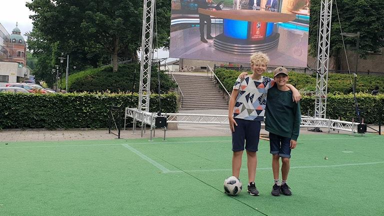 Erik och Sixten, 12 år, två tappra själar som trotsar kylan och vinden för att titta på Fotbolls-VM.