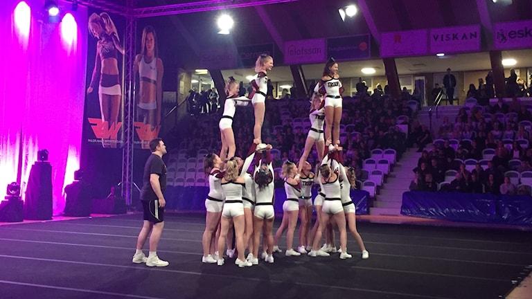 Ett tävlande Cheerleadinglag i Boråshallen.