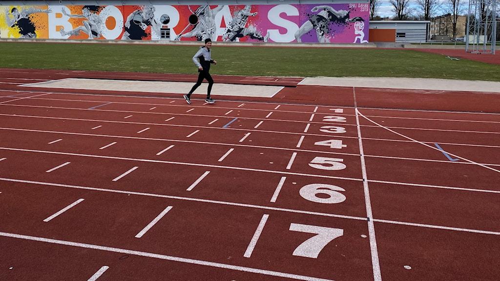 En man motionstränar på Ryavallen i Borås.