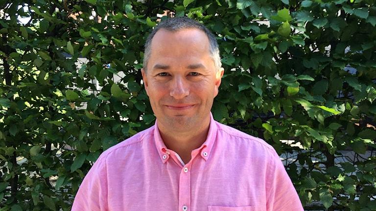 Mikael Levander (NU) framför en grön bakgrund.
