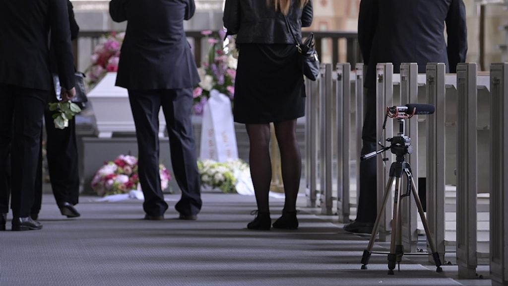 Kamera uppställd vid begravning.