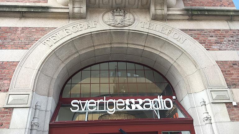 """Skylt ovanför porten med texten """"Sveriges Radio""""."""
