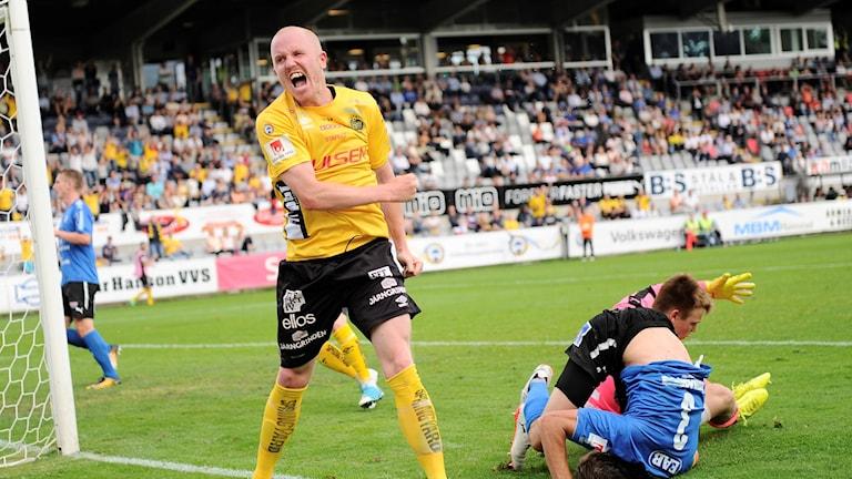 Elfsborgs Simon Lundevall jublar efter ha gjort mål i mötet i Halmstad i somras.