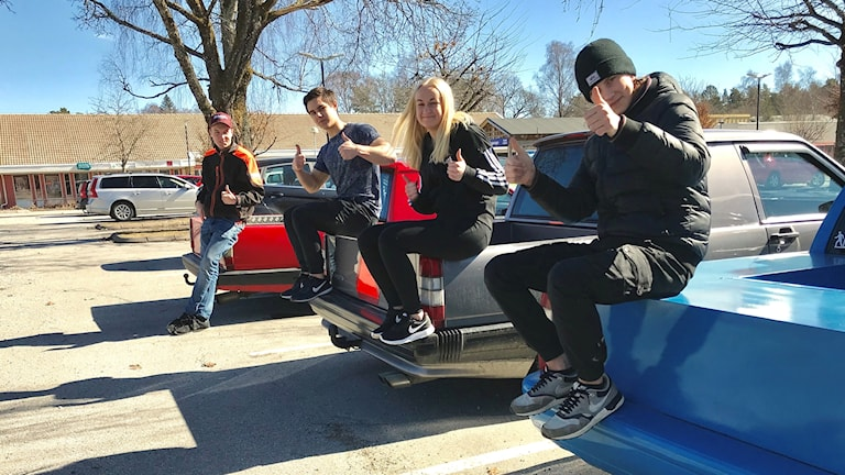 Tre unga killar och en tjej som sitter på sina a-traktorer.