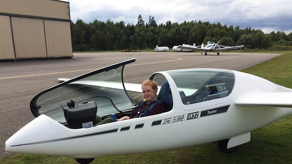 Reporter Sara Lundin sitter i segelflygplanet.