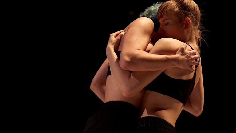 Dansarna Nea Landin och Shannon Taylor från föreställningen Vi två på Borås stadsteater.