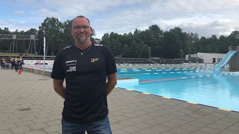 SK Elfsborgs sportchef Jonas Söderberg framför utomhusbassängerna på Alidebergsbadet.