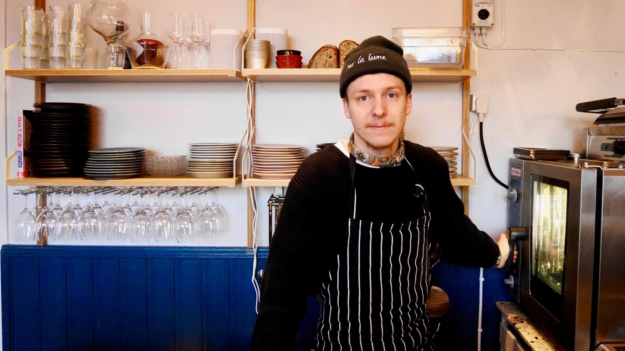 En-mans-krögaren som älskar kålrabbi och beskt och lagar mat på en kokplatta
