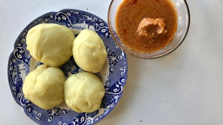 Fufu, bollar av kassava och matbanan och den röda soppan/grytan.