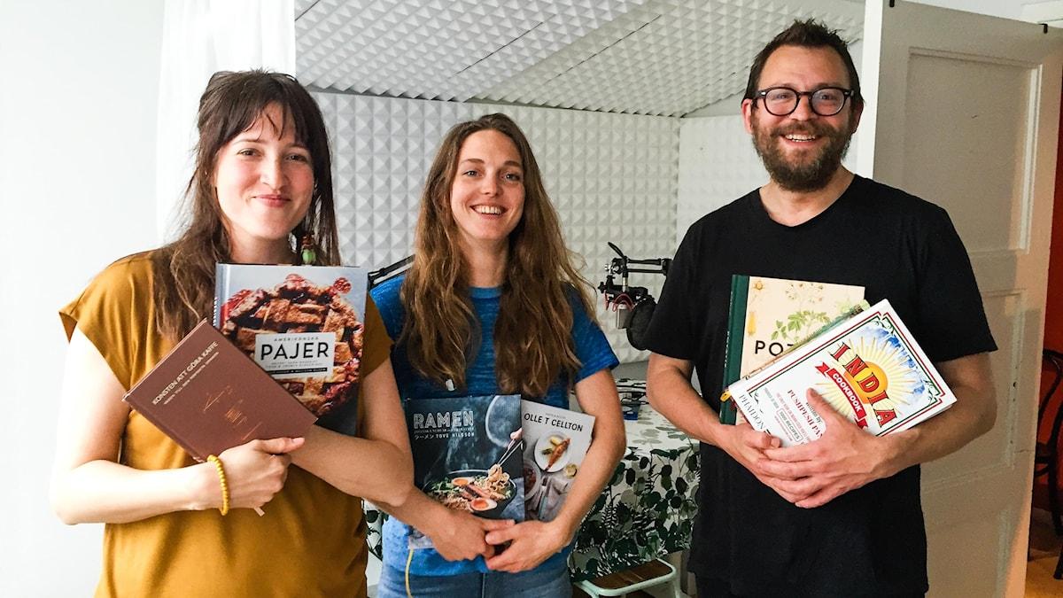 Nina Frogneborn, Emma Kolback och Eric Ericsson kollar in vårens kokböcker.