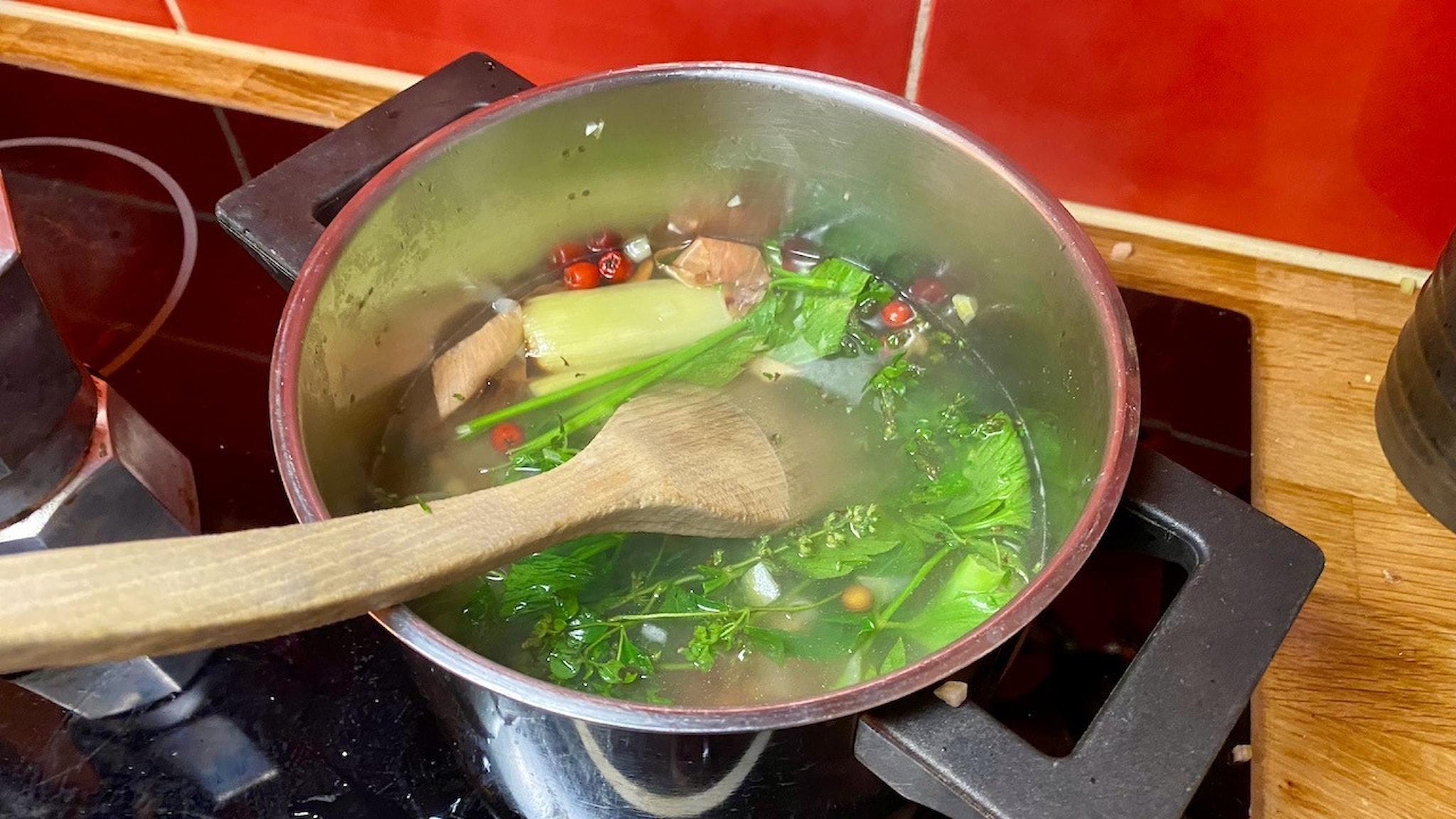 Blir det här är god grönsaksbuljong? Menys Nina Frogneborn tar sig an uppgiften som en tävling.