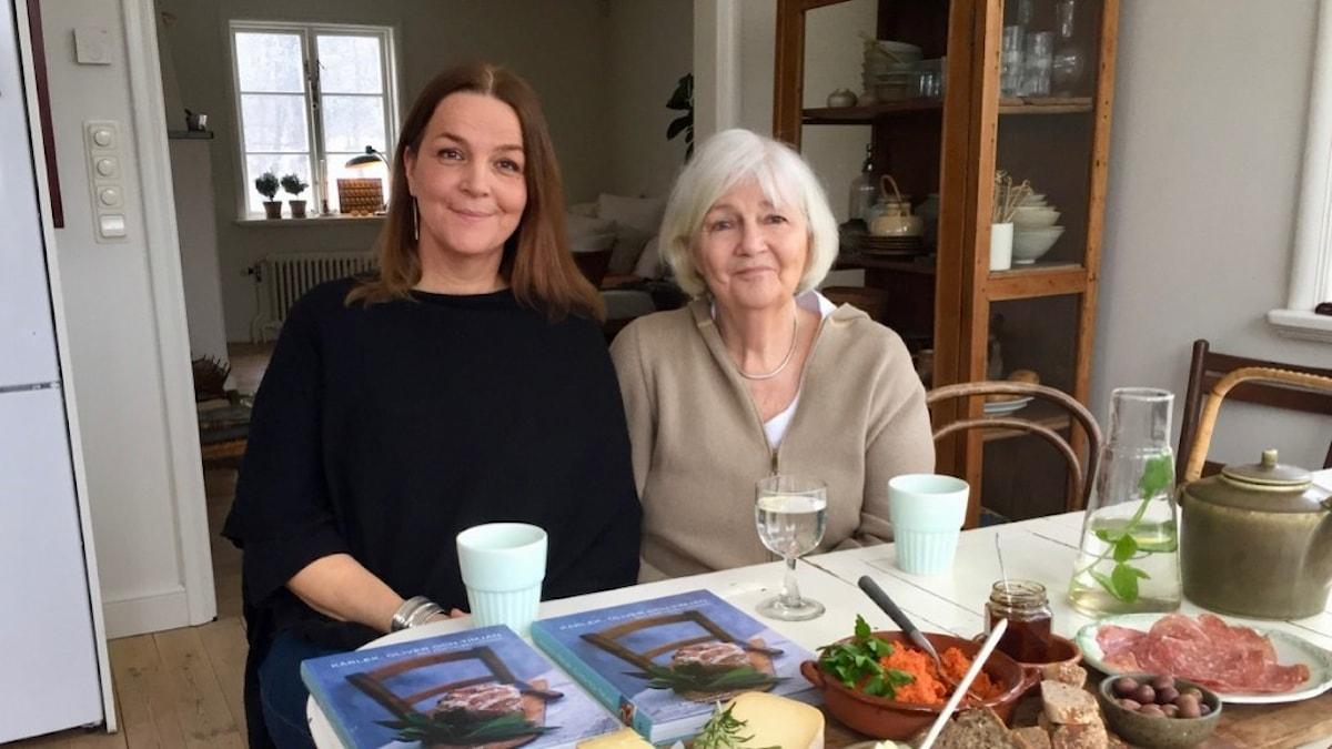 Fanny och Anna Bergenström pratar om boken i Fannys kök.