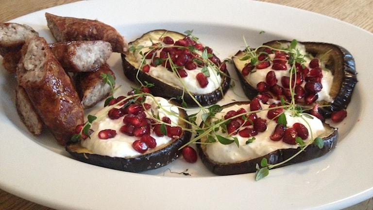 Ugnsbakad aubergine med granatäpple. Foto: Anna Olofsson/Sveriges Radio