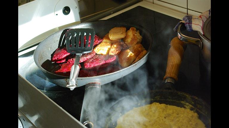 Panerad tofu, rödbetsbiffar och äggröra. Foto: Nina Frogneborn.