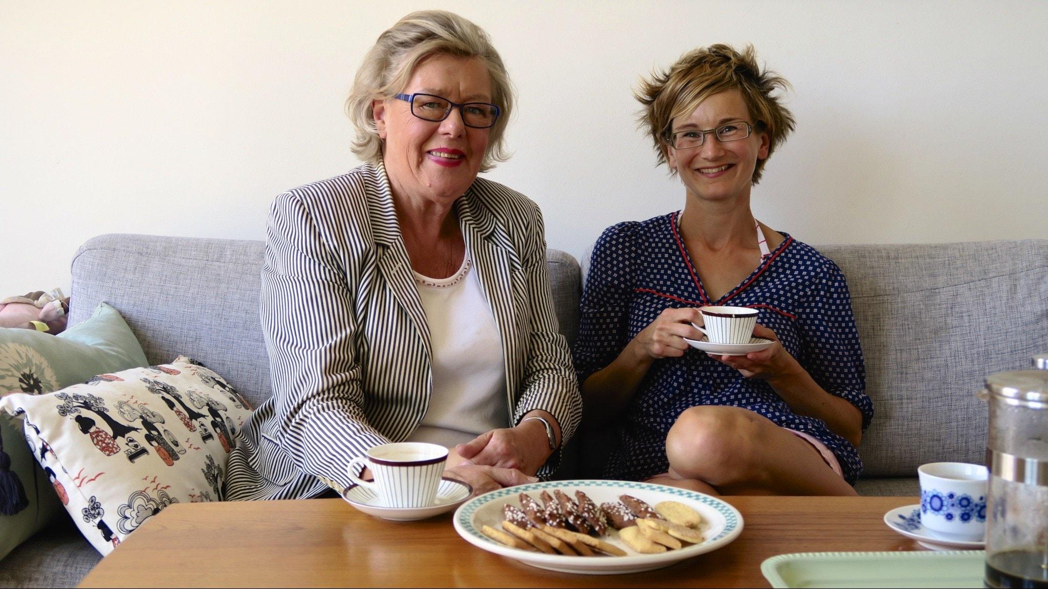 Birgitta Rasmusson och Mia Öhrn med kaffe och kakor. Foto: Tomas Tengby.