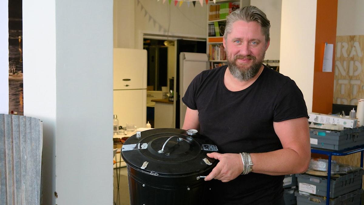 Johan Åkerberg med soptunnerök. Foto: Tomas Tengby.
