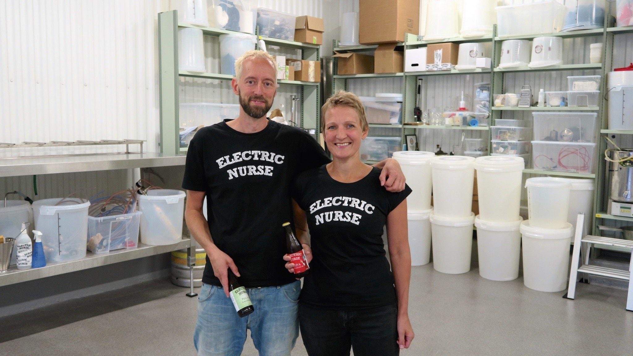 Peter Robertsson och Ida Engström driver mikrobryggeri ihop. Foto: Tomas Tengby.