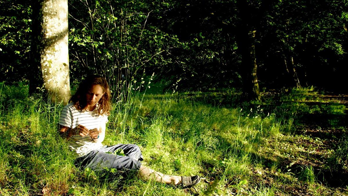 Klara Hansson, trädgårdsmästare och expert på vilda växter, gillar det riktigt bittra som växer vilt. Foto: Nina Frogneborn.