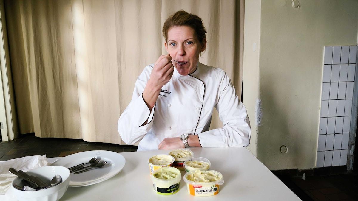 Kocken Ulrika Forssell testar färdiga bearnaisesåser.