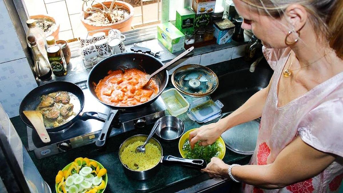 Malin Mendel Westberg lagar mat i Indien.