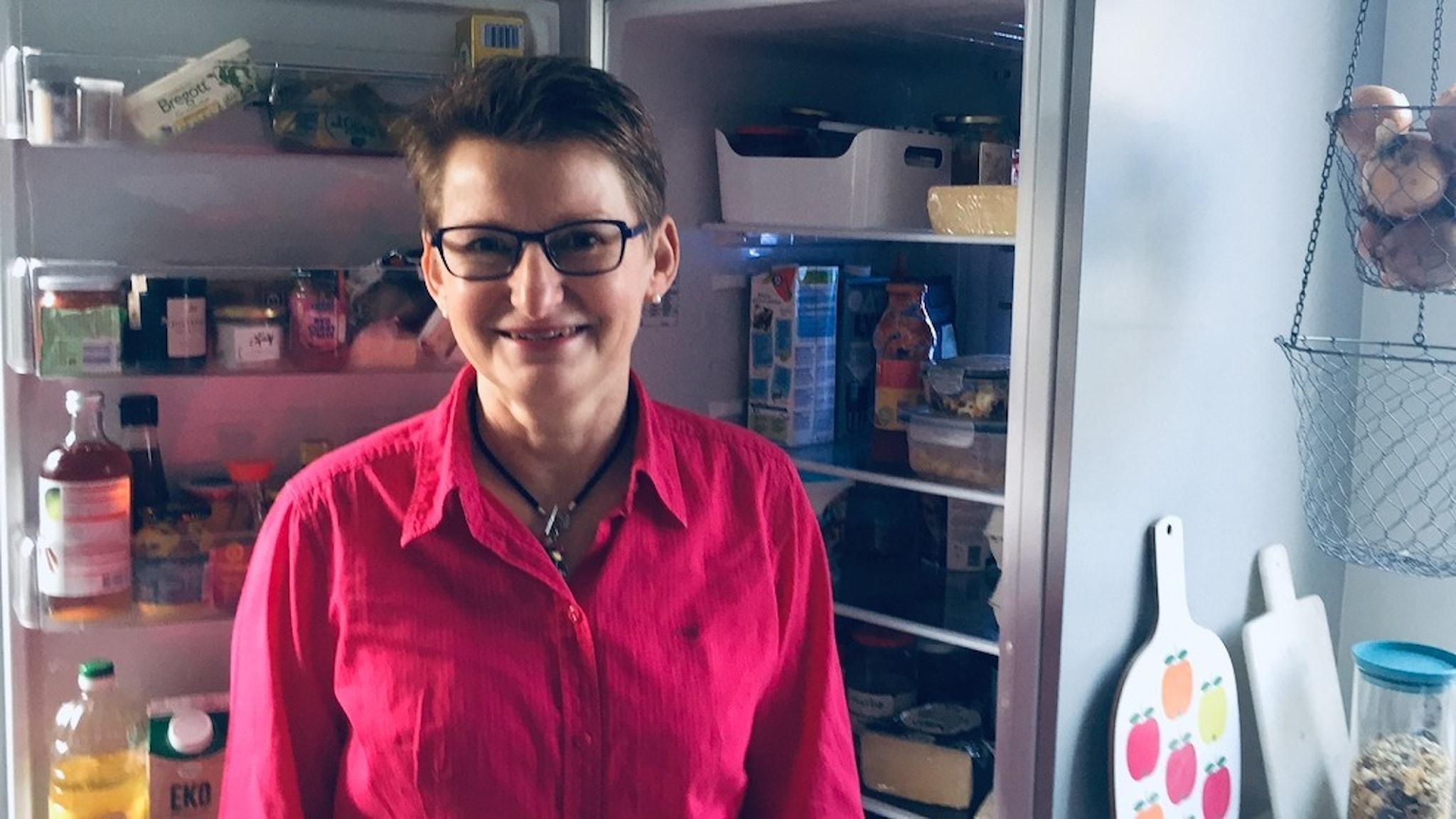Experten Eleonor Schütt möblerar om i Tomas Tengbys kylskåp.