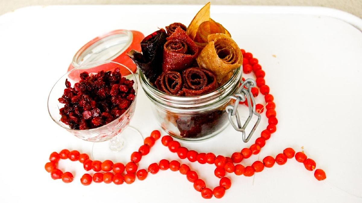 Sura smakler att göra själv. Torkat - lingon, rönnbär och remmar.