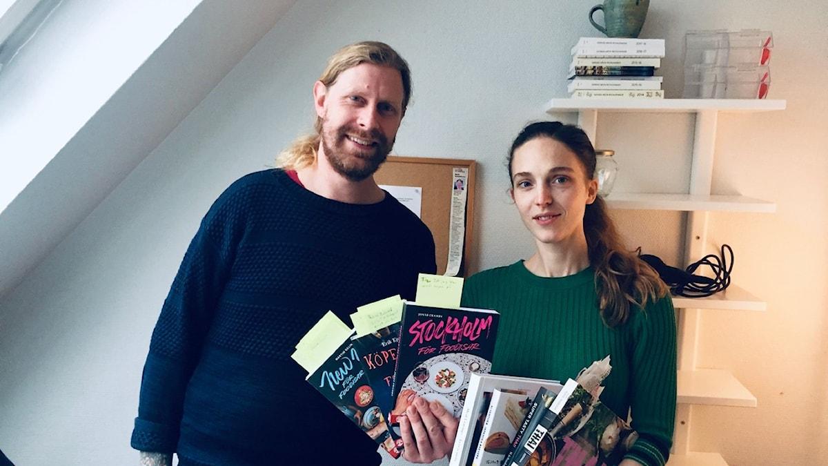 Menys Kalle Wannerskog och kocken och krögaren Emma Kolback läser böcker.