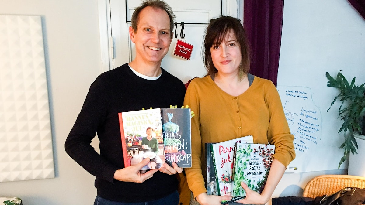 Menys Tomas Tengby och Nina Frogneborn med några av höstens kokböcker.