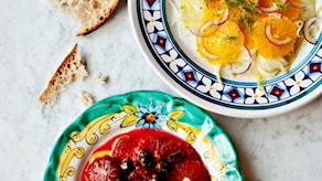 Två sallader med apelsin. Blodapelsin och oliver, samt vanlig apelsin och fänkål.