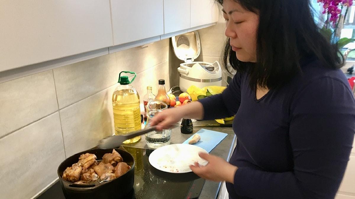 Mei Dahl tillagar grisfötter på kinesiskt vis med soja och ingefära.