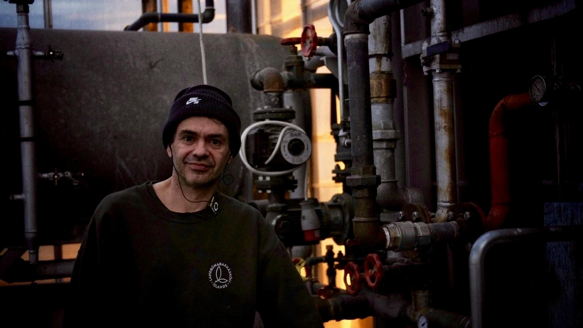 Elias Oskarsson i växthuset som värms med varma källor.