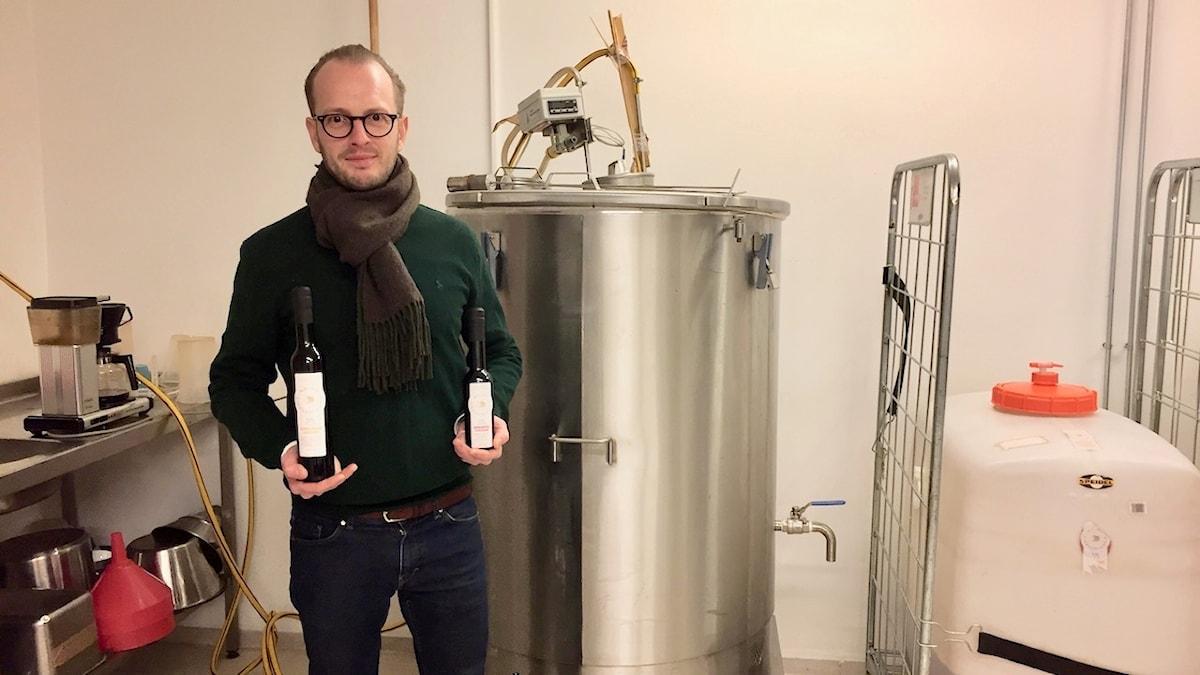 Andreas Malmgren, kocken som blev vinägertillverkare. Bakom syns acetatorn där alkohol blir ättikssyra.