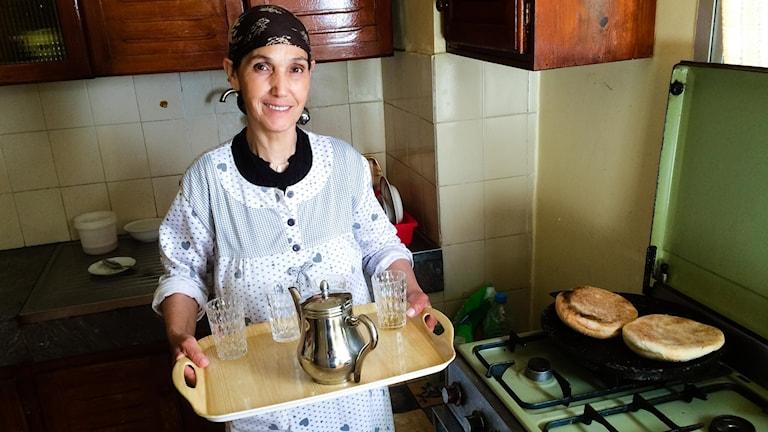 Hasna visar hur man lagar marockanskt myntate.