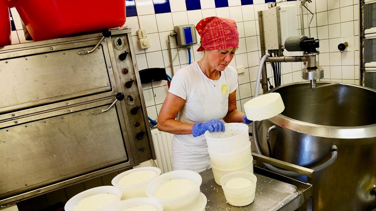 Elisabeth Andersson gör sin gräddost i gårdsmejeriet Påverås.