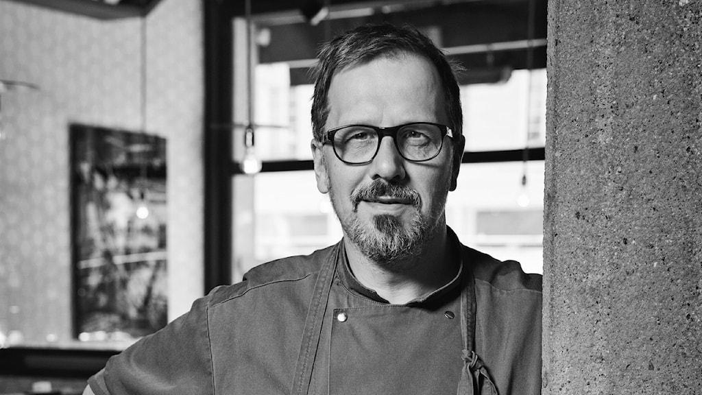 Kocken Stefan Ekengren gör köttbullar med krossad is.