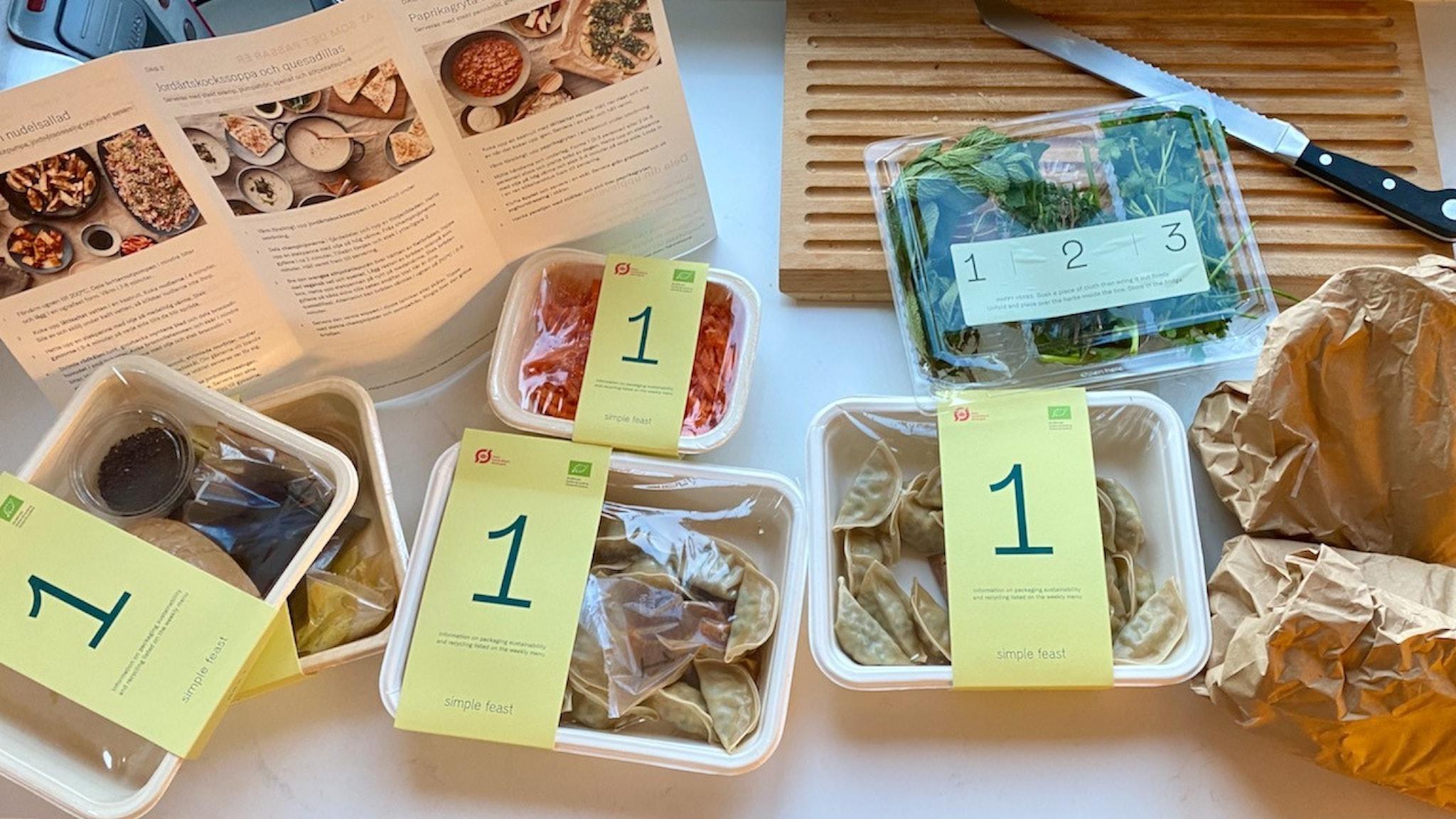 Receptbroschyr och råvaror märkta med siffror. Det här är mat från danska Simple feast.